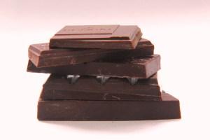 Grubość tabliczki wpływa na sposób rozpływania się czekolady na języku i zmienia odczuwaną teksturę. Od góry – tabliczki Chuao - Domori, Amano, Amedei, Bonnat, Pralus.